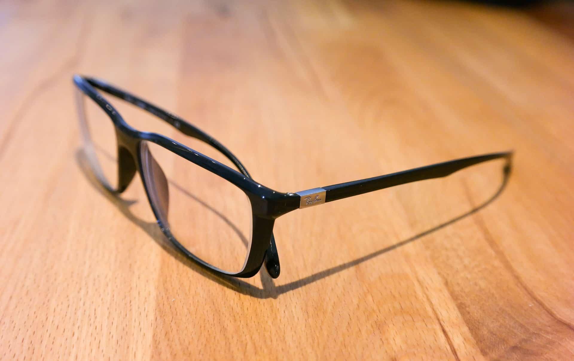 Jak čistit brýle? Stačí voda a mikrovlákno