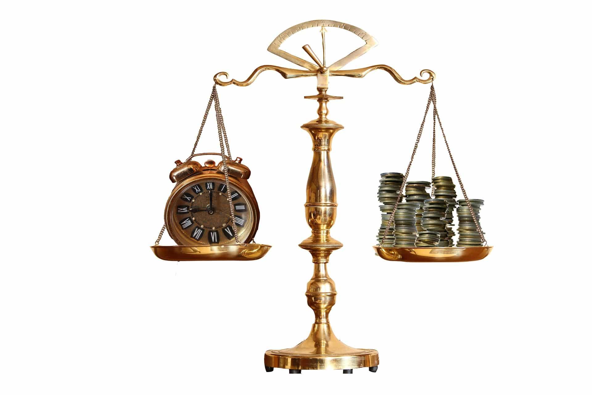Váhy s penězi