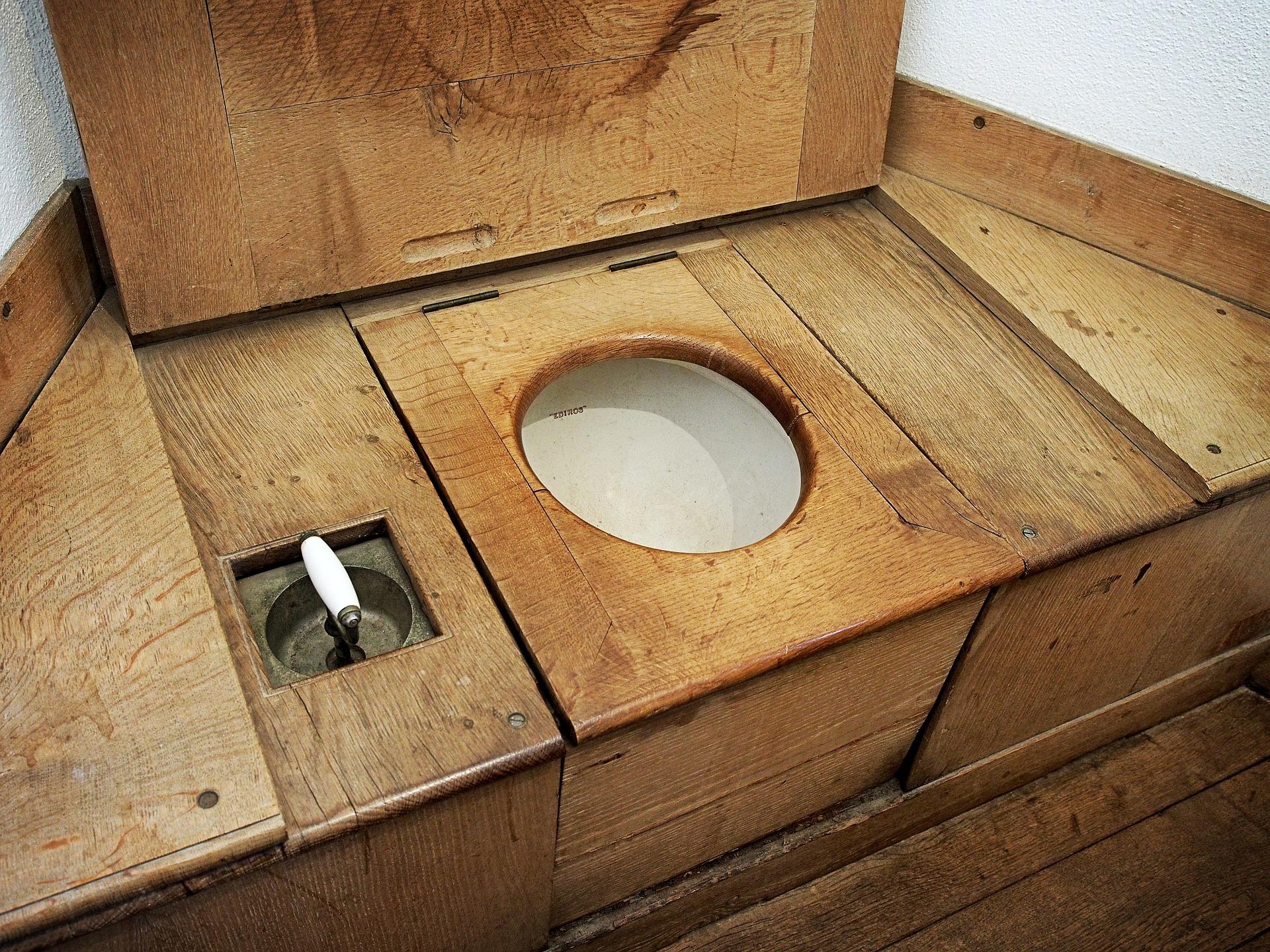 Stylový záchod, dřevěný, suchý